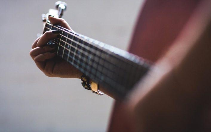 Les étapes pour apprendre à jouer de la guitare